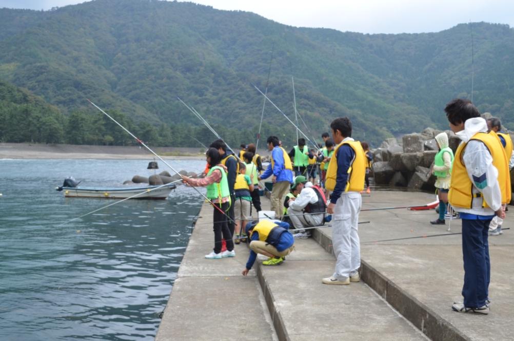 海浜自然センターで海釣りをする参加者たち。メジナやマダイなど20匹ほど釣れました。釣れた魚の一部はあら煮にして試食しました。好評でした。