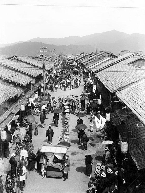 井田家所蔵古写真「放生祭 広市場を出発する各出し物」(大正期)