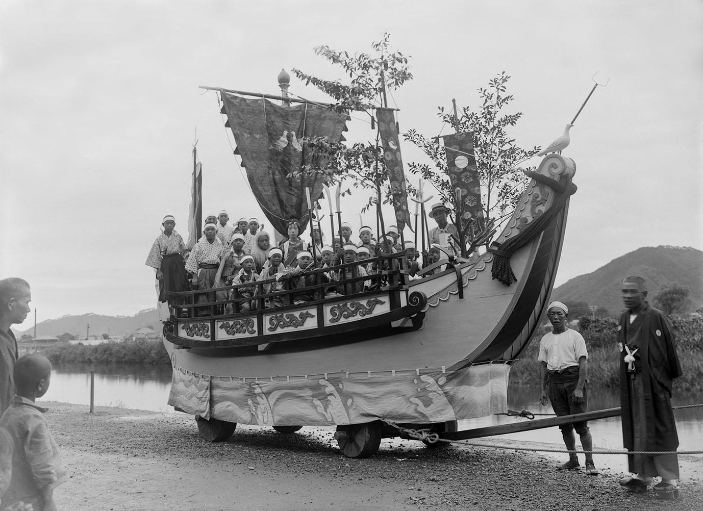 井田家所蔵古写真「放生祭 広峰区船型山車」