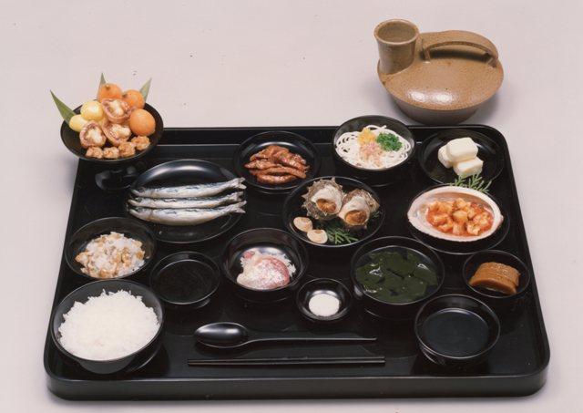 平城宮の官人の食膳 復元模型 高浜町郷土資料館蔵若狭から運ばれた海産物が並びます。